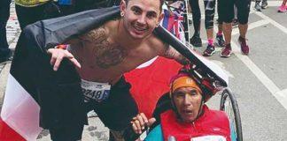Atleta ayuda en plena maratón a un hombre discapacitado